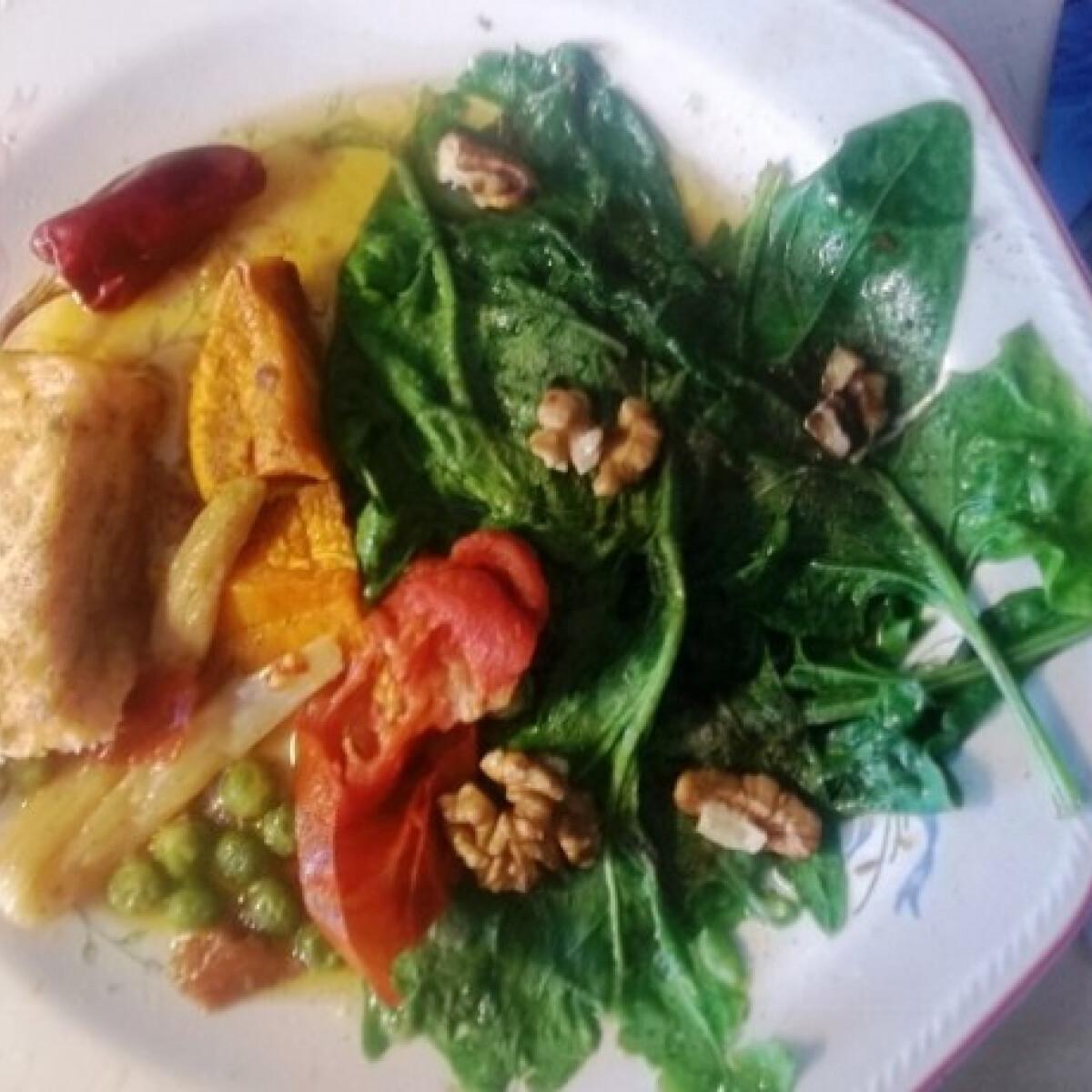 Ezen a képen: Sült lazac spárgával, borsóval, spenóttal és dióval