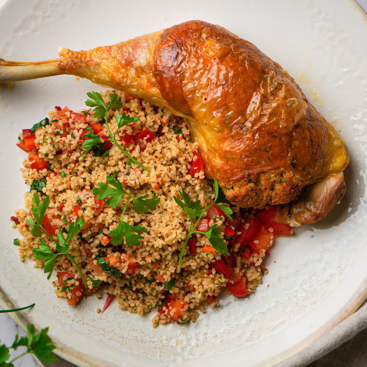 Zöldfűszeres morzsával töltött csirkecombok