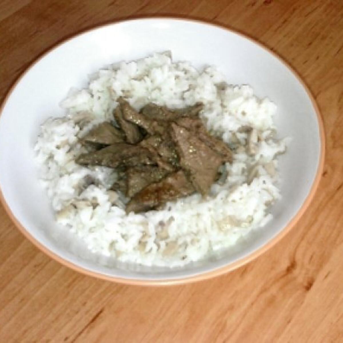 Ezen a képen: Resztelt máj tejszínes-gombás rizzsel