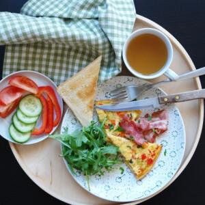 Frittata zöldségekkel és krémes Burrataval