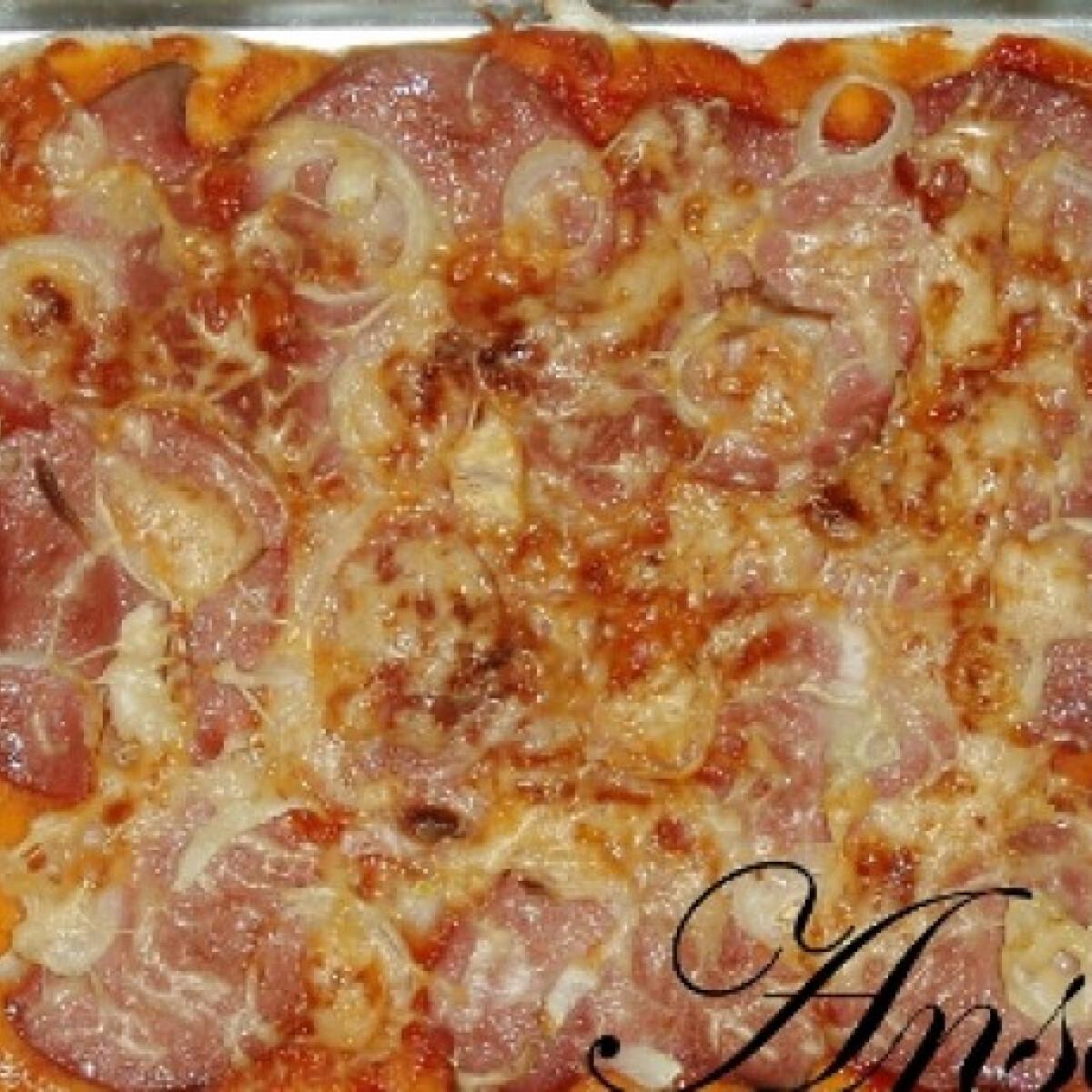 Ezen a képen: Hagymás-párizsis pizza
