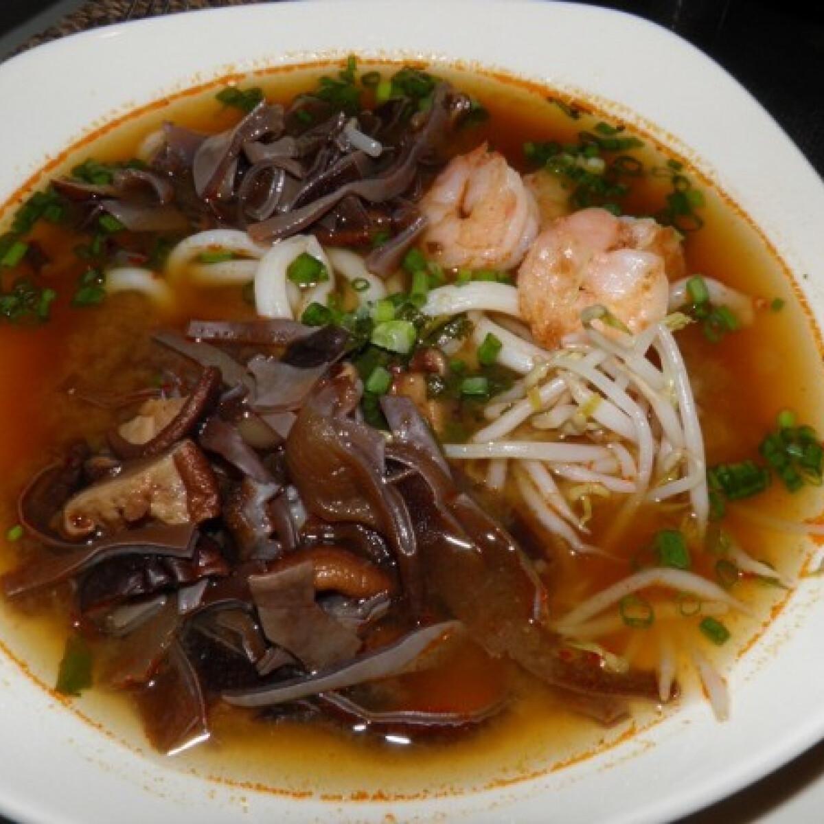 Ezen a képen: Tom Yum édes-savanyú leves