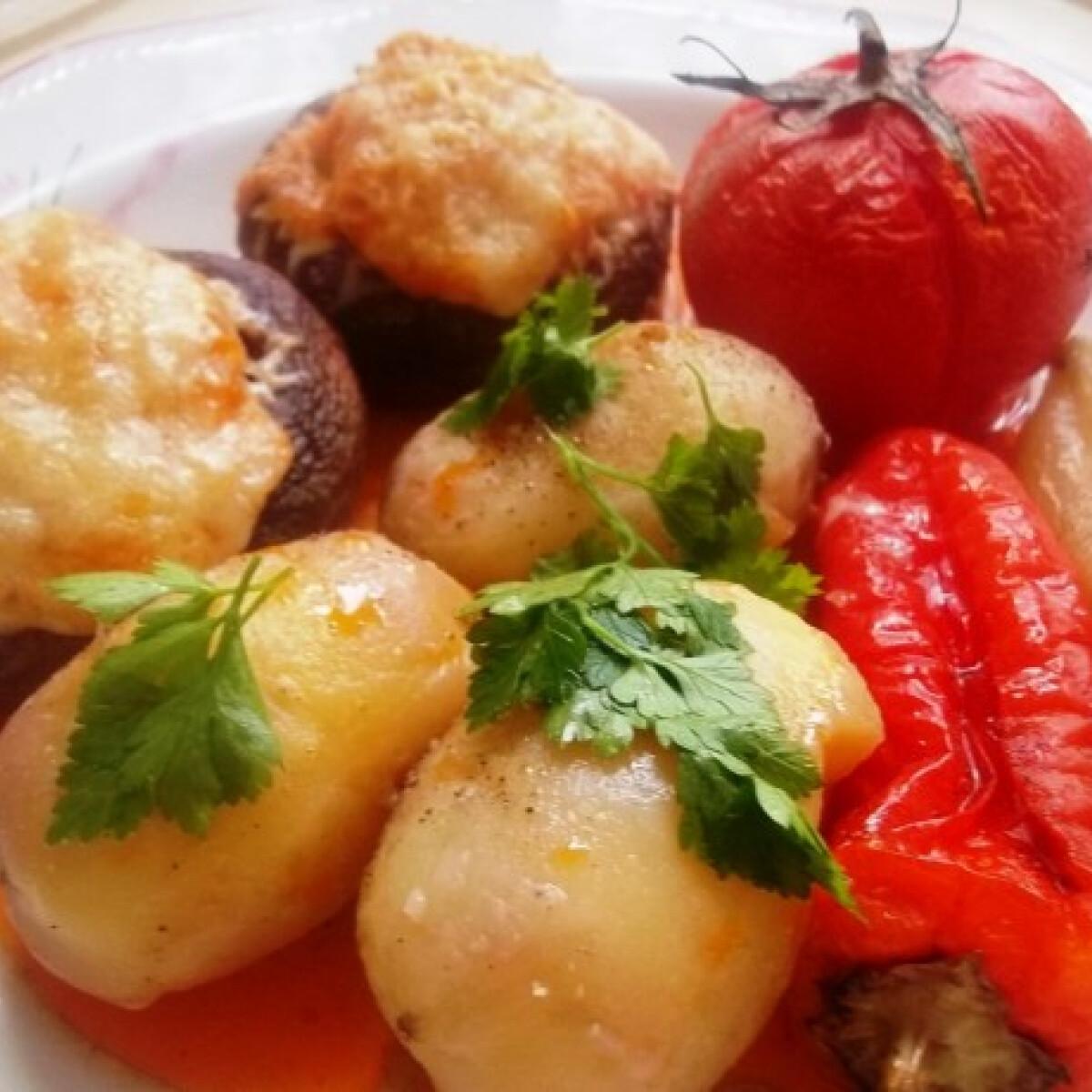 Ezen a képen: Kolbászhússal és sajttal töltött gomba velesült zöldségekkel