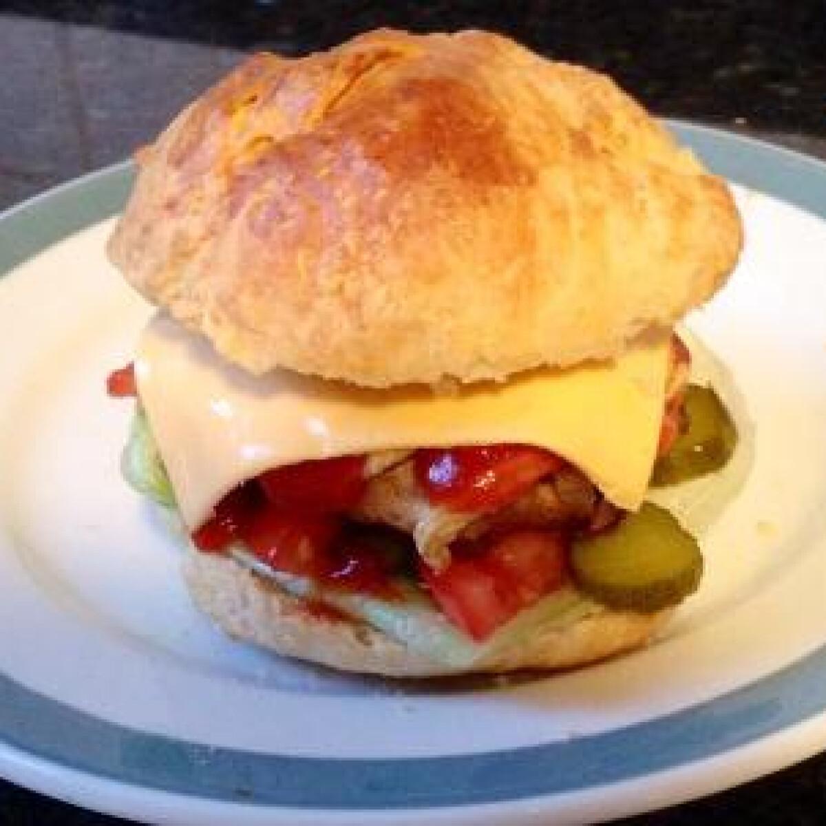 Ezen a képen: Házi hamburger Zsófici konyhájából