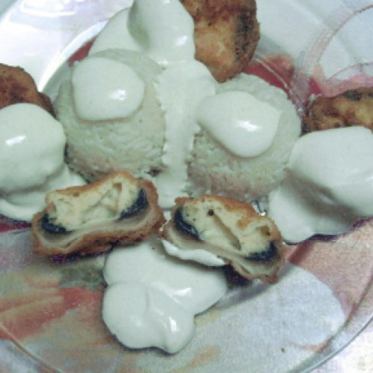 Ezen a képen: Sajttal-tojással töltött rántott gomba
