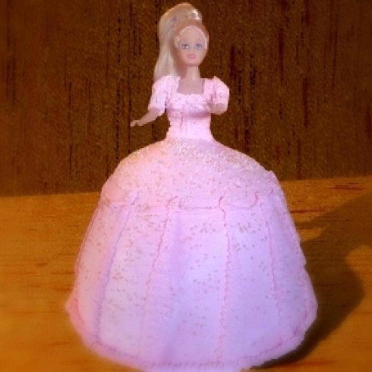 Ezen a képen: Barbie baba-torta