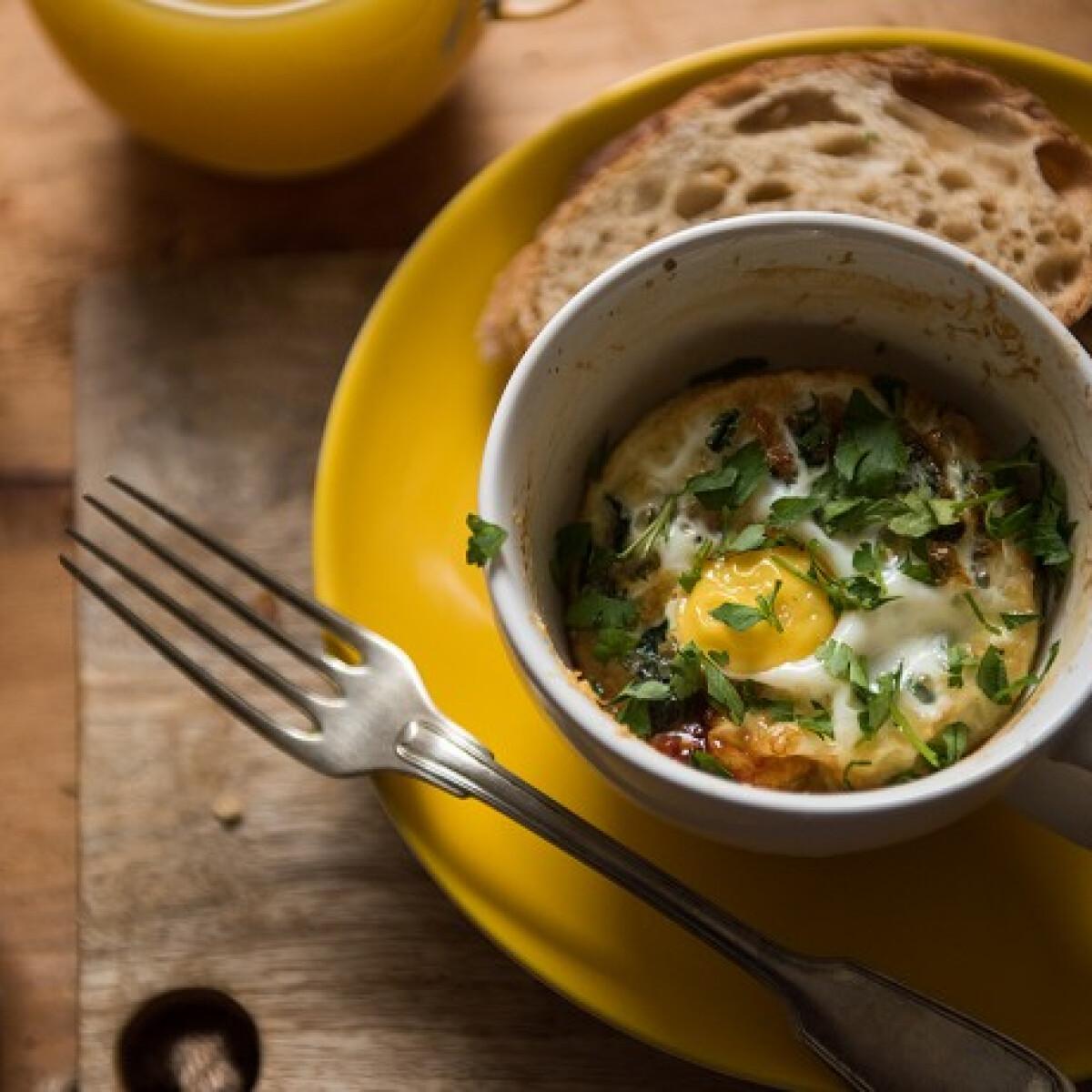 Ezen a képen: Bögrében sült tojás