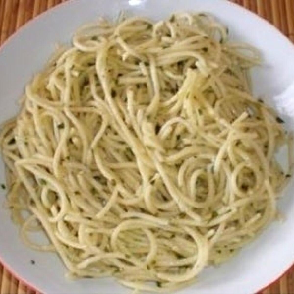Ezen a képen: Spagetti aglio e olio