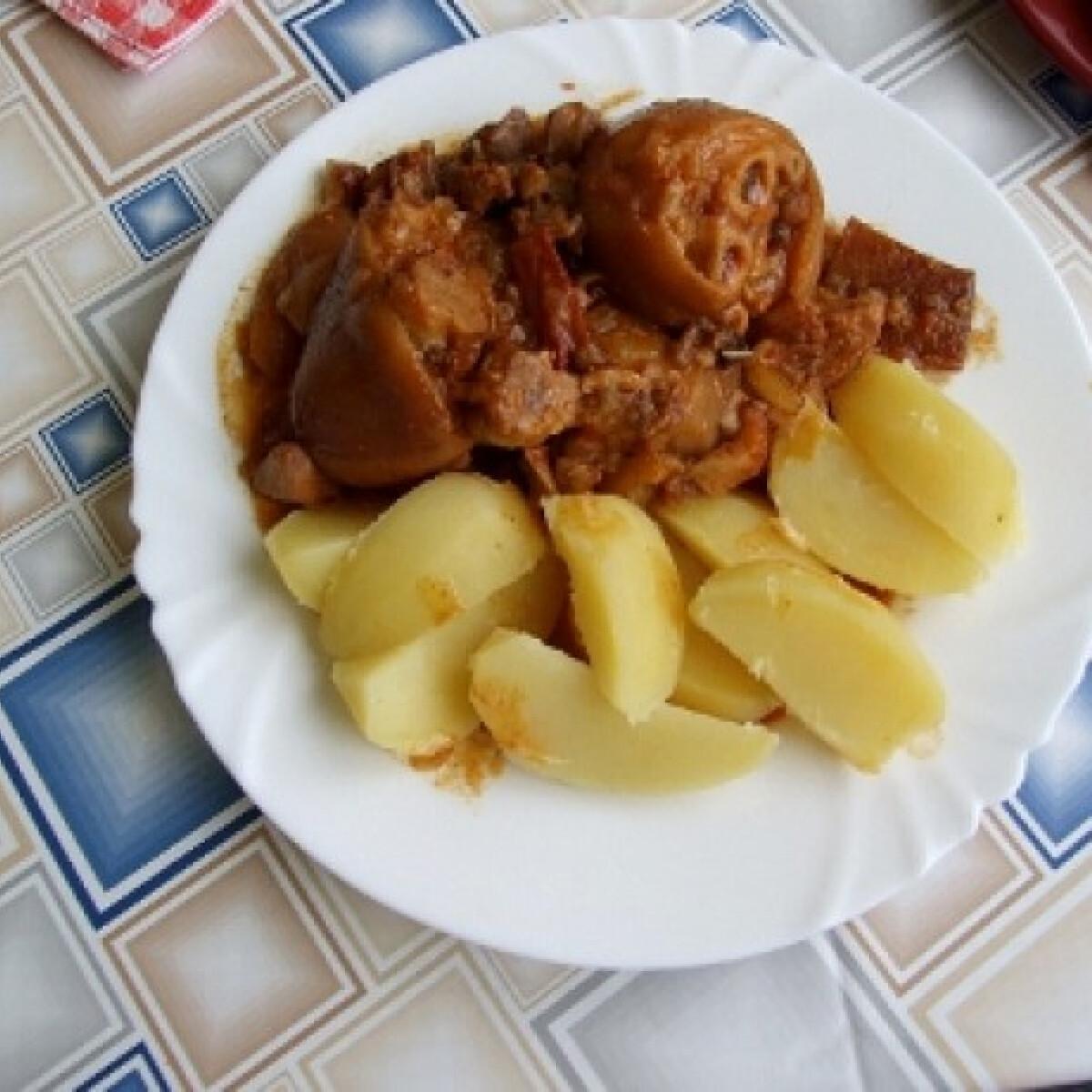 Ezen a képen: Csülkös körömpörkölt sós krumplival