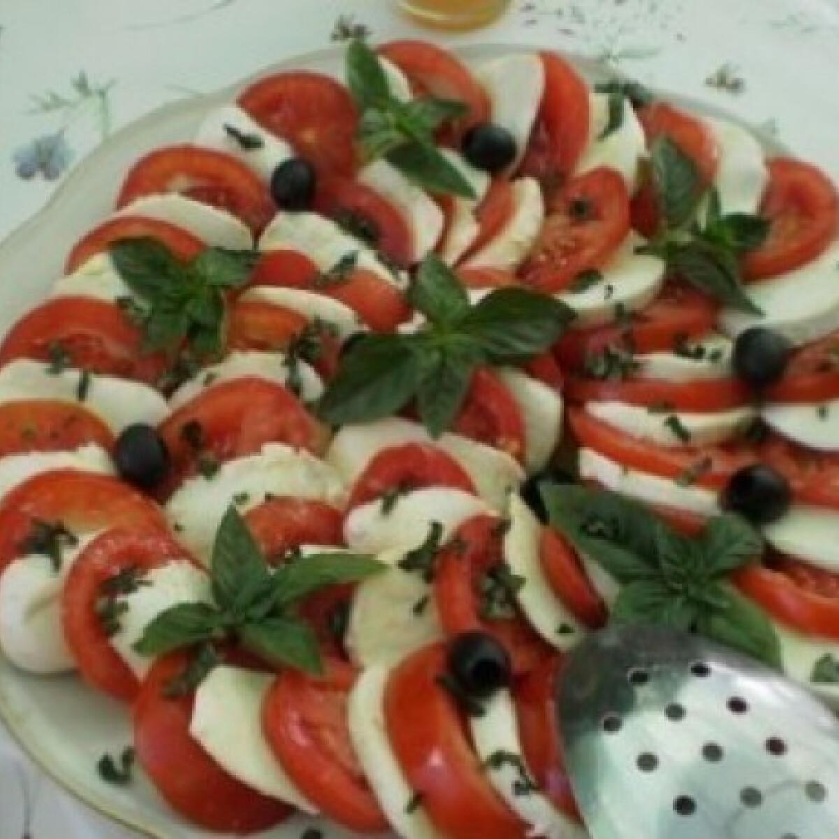 Ezen a képen: Mozzarellás paradicsomsaláta balzsamecettel