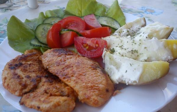 Joghurtos csirkemell sajtos burgonyával