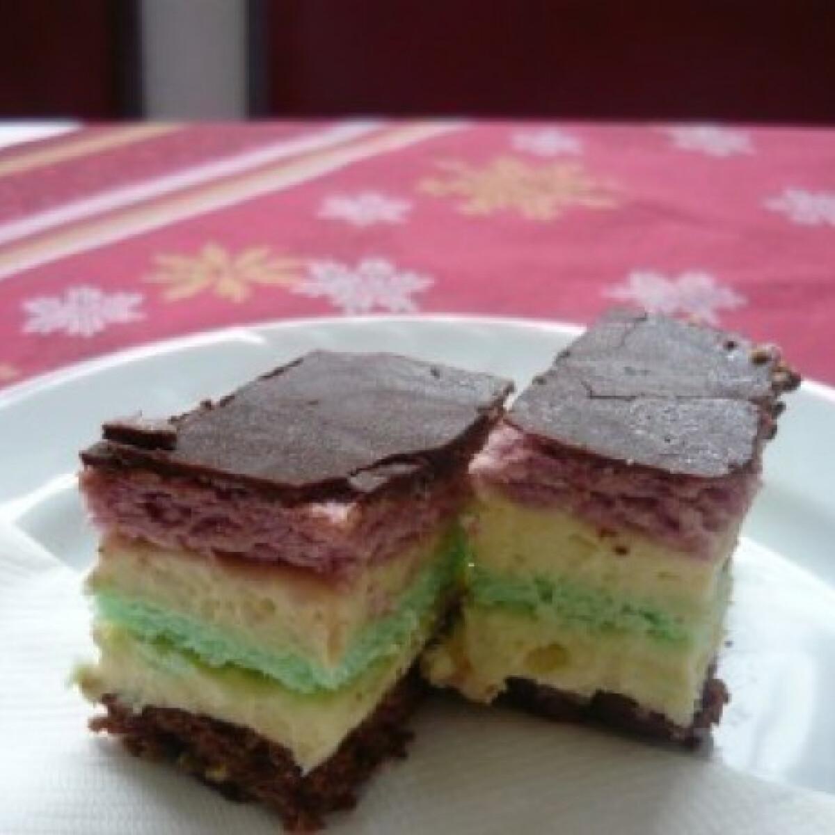Ezen a képen: Finom krémes-mandulás sütemény