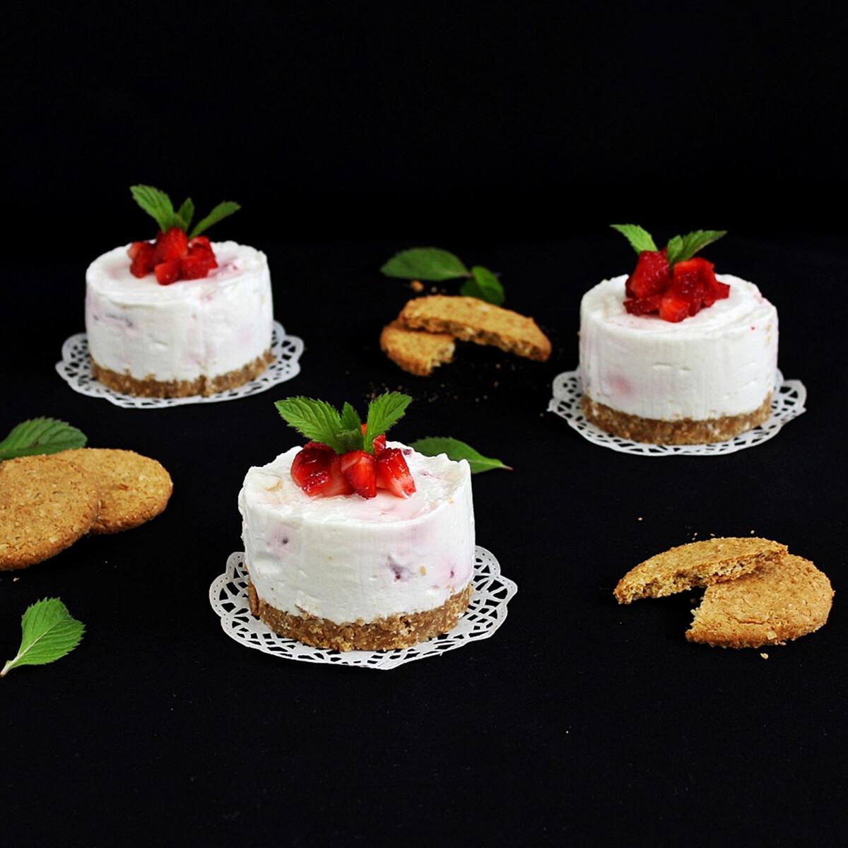 Ezen a képen: Epres-citromkrémes mini torta