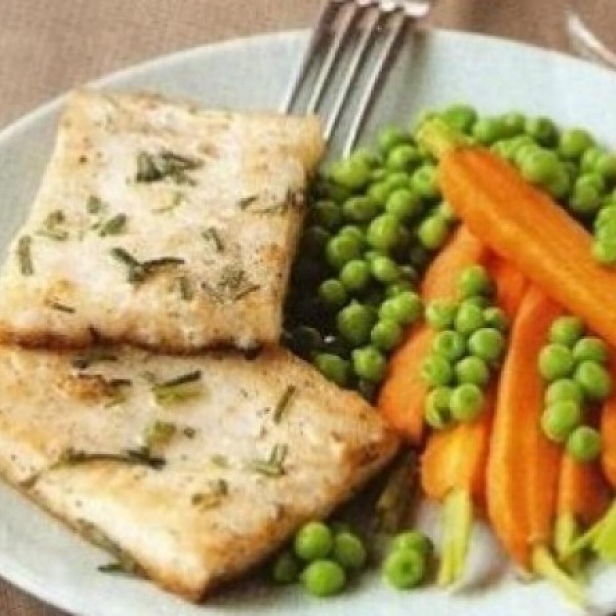 Ezen a képen: Rozmaringos hal répával, borsóval