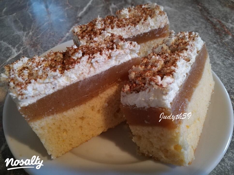 Ezen a képen: Almás-túróhabos sütemény