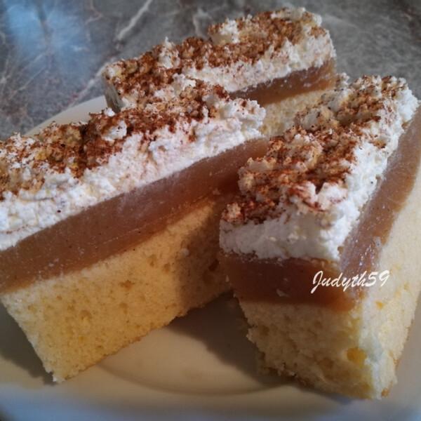 Almás-túróhabos sütemény