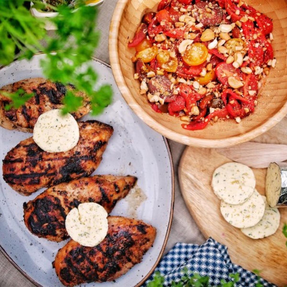 Ezen a képen: Kerti fűszeres grillezett csirkemell fűszervajjal, grill paprikával