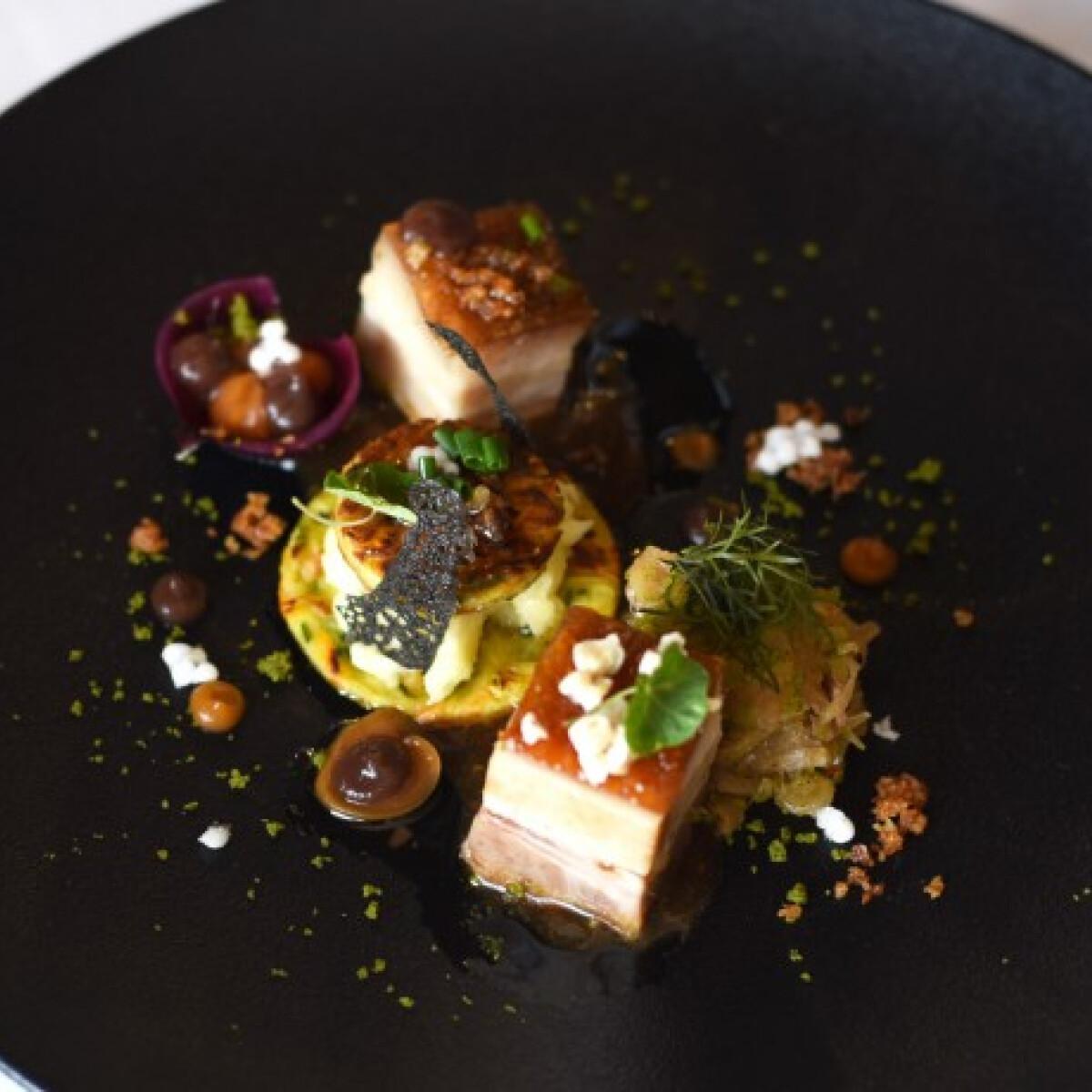 Ropogós malac császárhús burgonya textúrával, füstöltsonkás savanyú káposztával