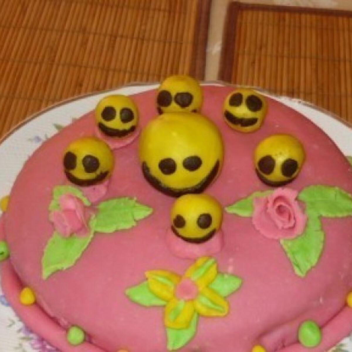 Ezen a képen: Smiley torta