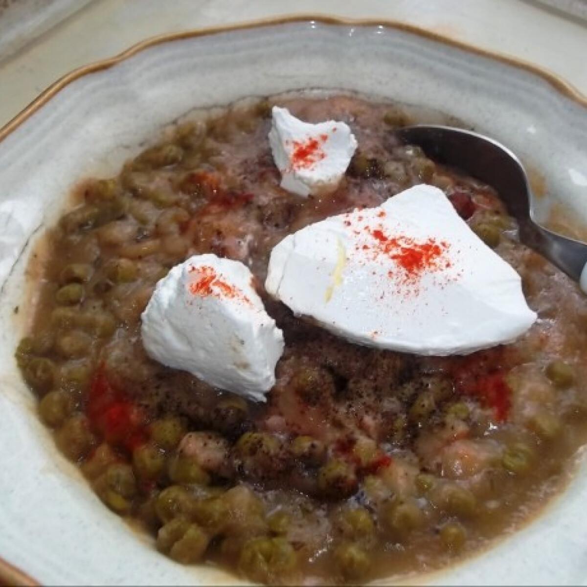 Ezen a képen: Zöldborsófőzelék pulykahússal, tejföllel
