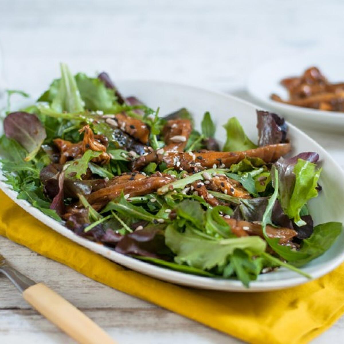 Ezen a képen: Salátamix marinált gombafalatokkal