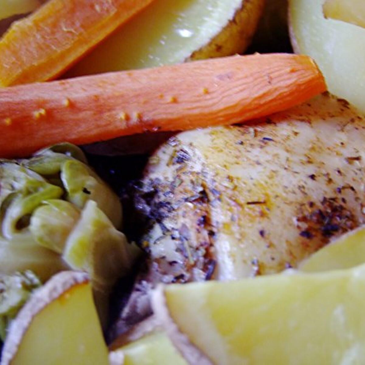 Ezen a képen: Sült csirkecomb kelbimbóval és répával