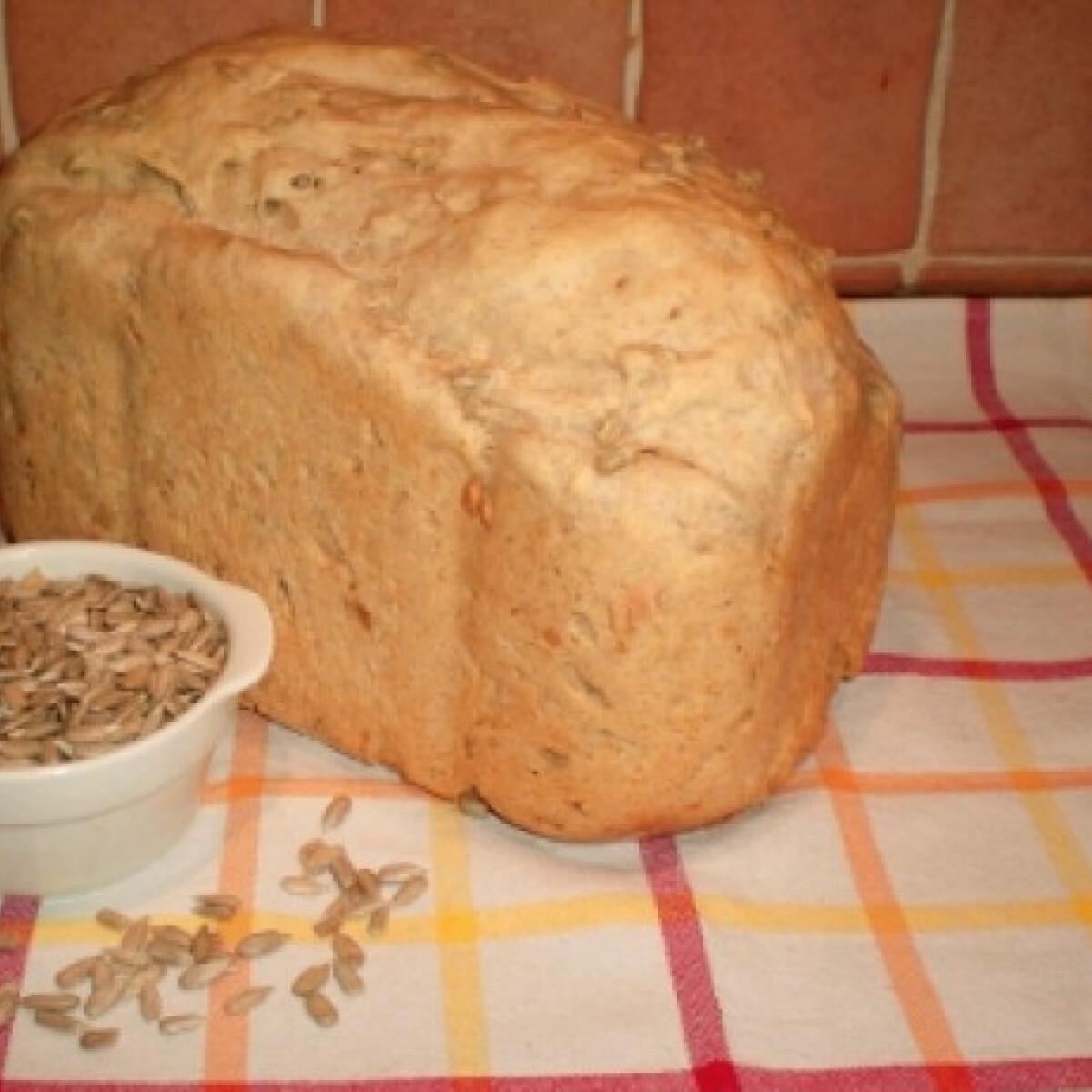 Ezen a képen: Napraforgómagos kenyér