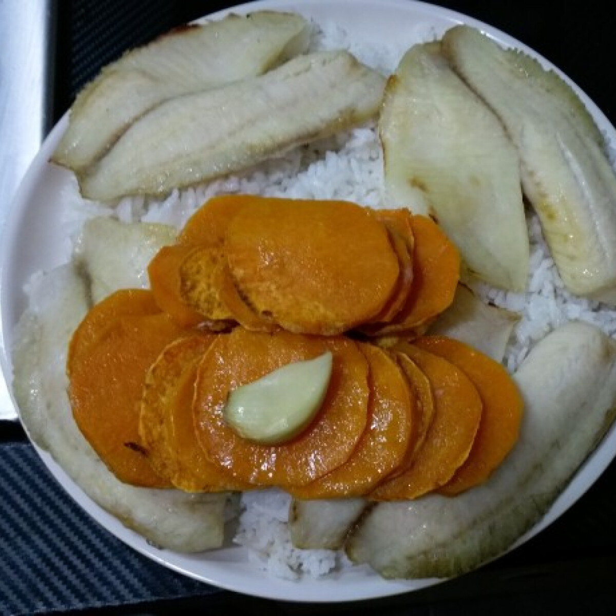 Ezen a képen: Grill tilápia édeskrumplival és jázmin rizzsel kókuszzsíron