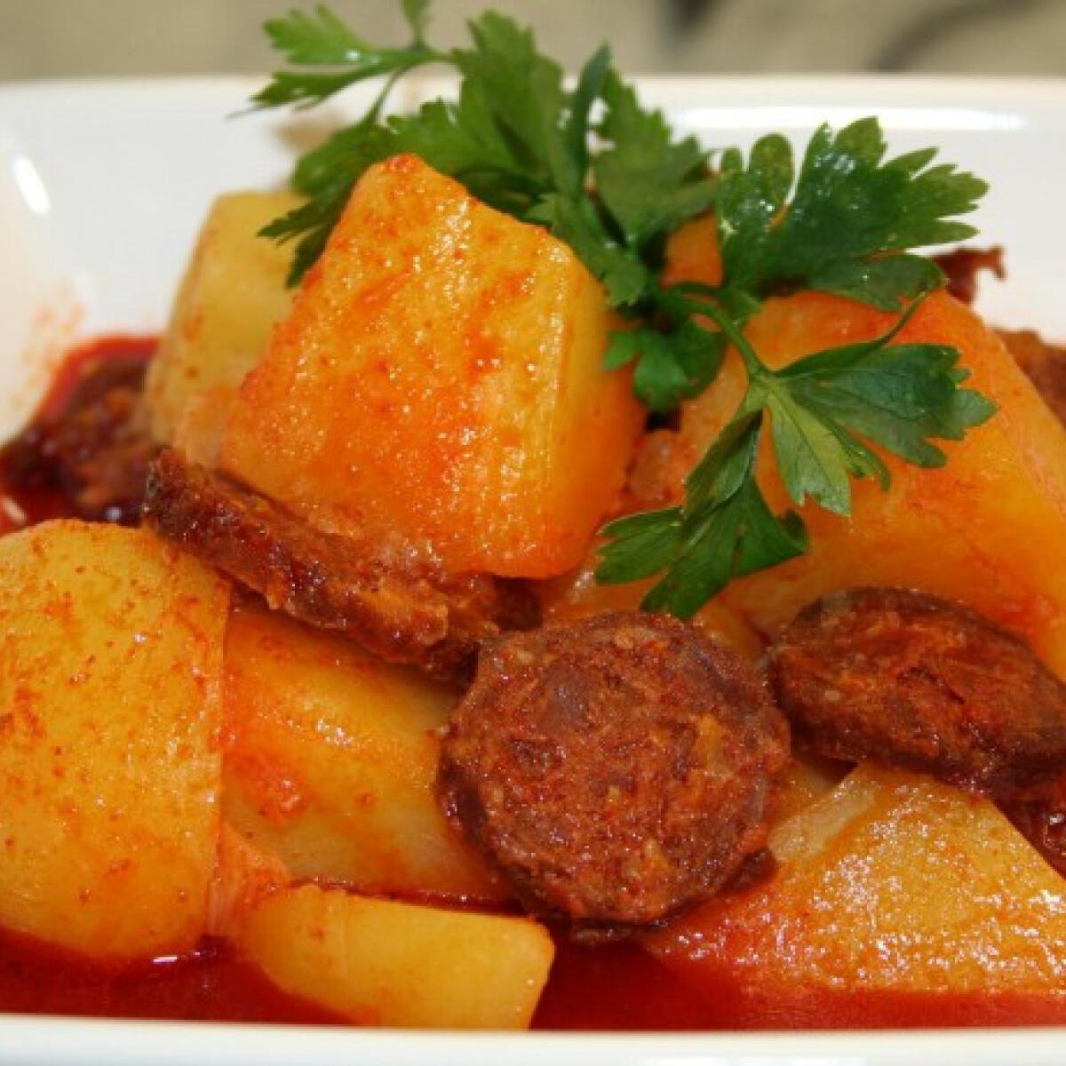 Ezen a képen: Paprikás krumpli kolbásszal