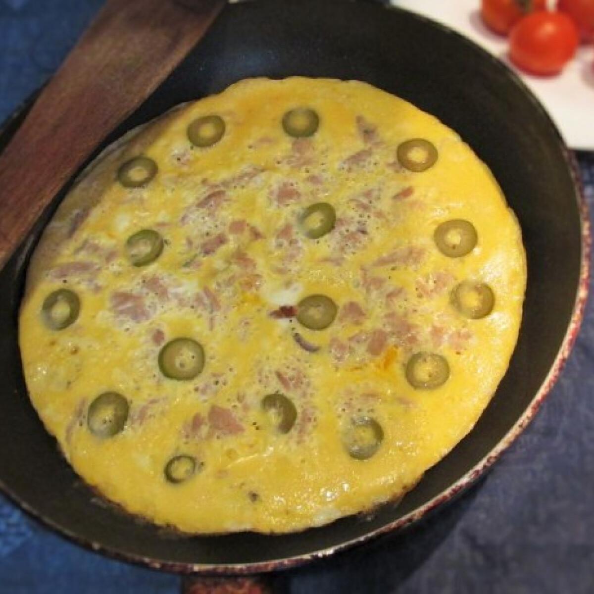 Ezen a képen: Tonhalas omlett olajbogyóval