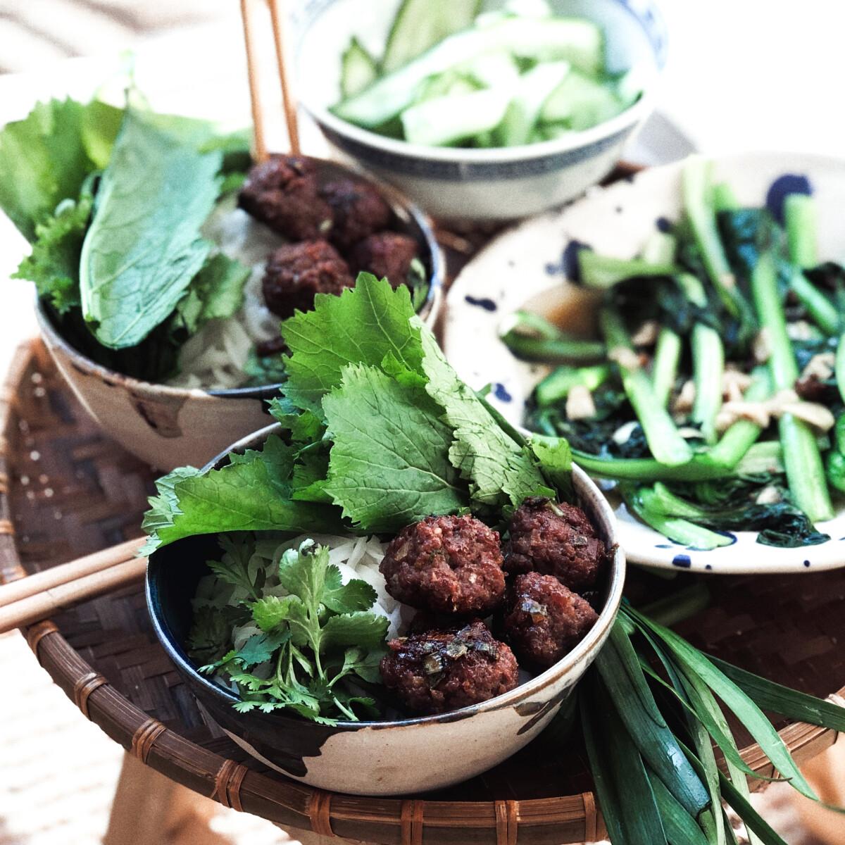 Bun cha (vietnami húsgolyók) pak choi- és uborkasalátával