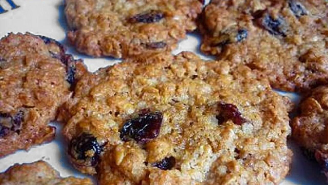 Vörösáfonyás-zabpelyhes cookie