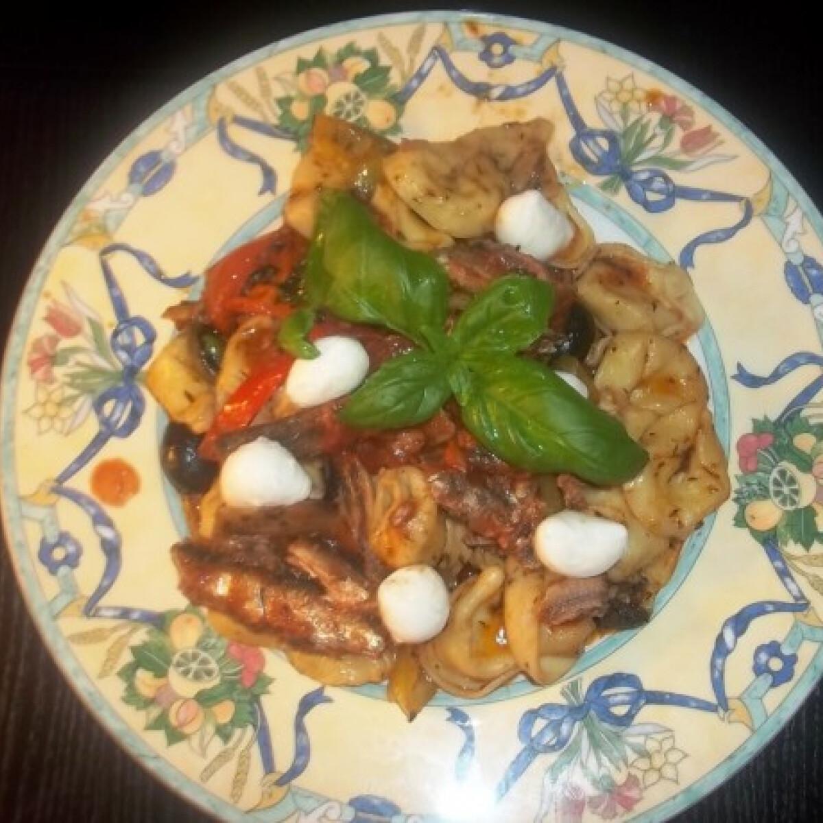 Ezen a képen: Sajtos tortellini paradicsomos szardíniával és mozzarellával