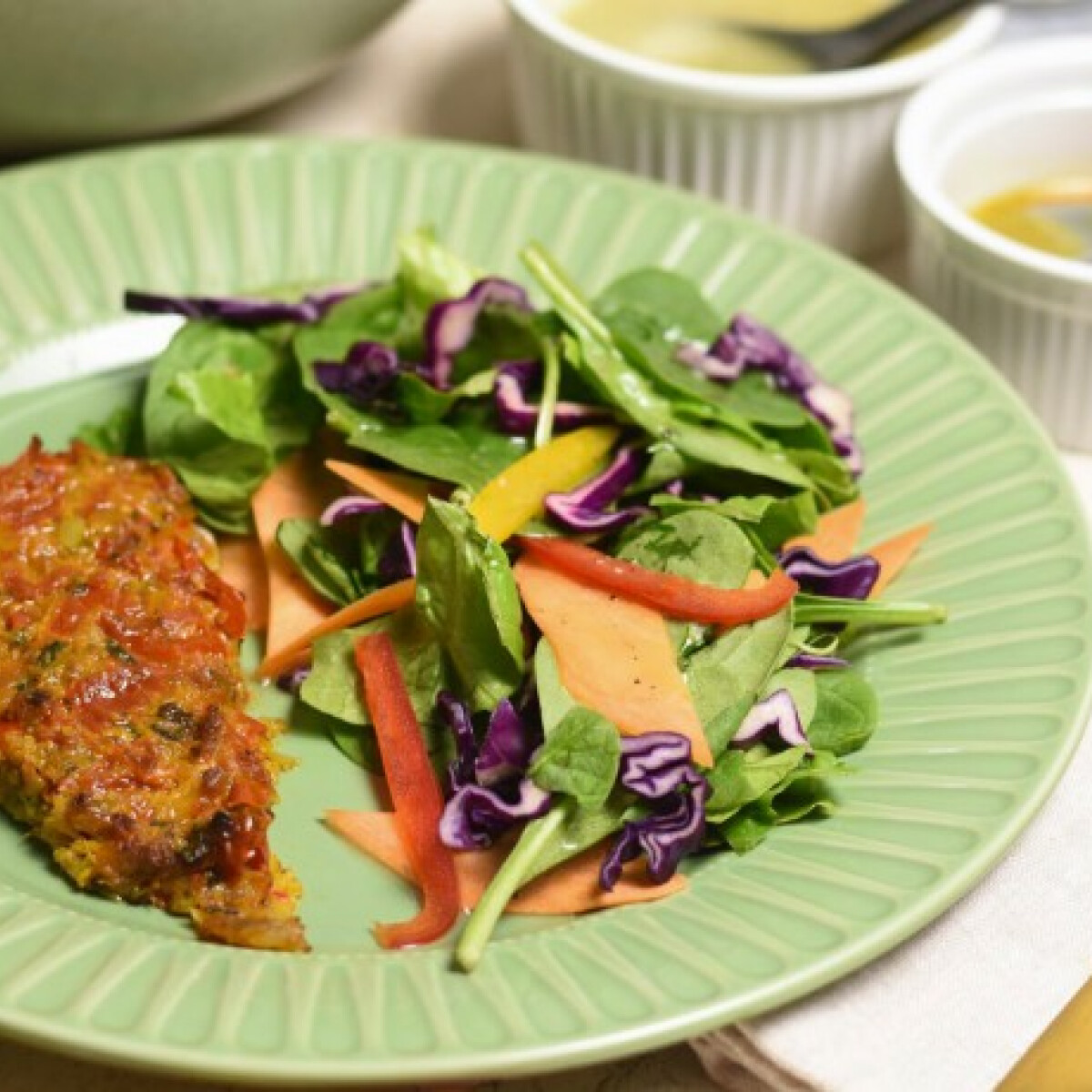 Sült, paradicsomos tőkehalfilé színes salátával