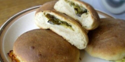 Bazsalikomos-paradicsomos-mozzarellás töltött kenyér