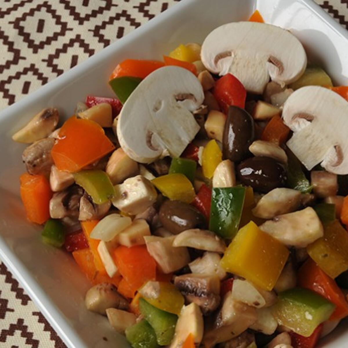 Ezen a képen: Nyers csiperkegomba-saláta paprikával