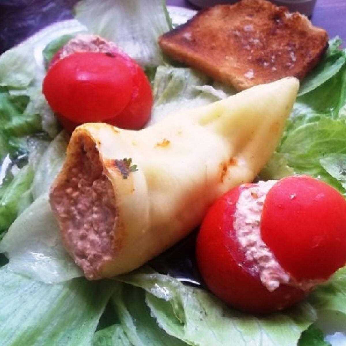 Ezen a képen: Chilis túrókrémmel töltött paprika és paradicsom salátaágyon