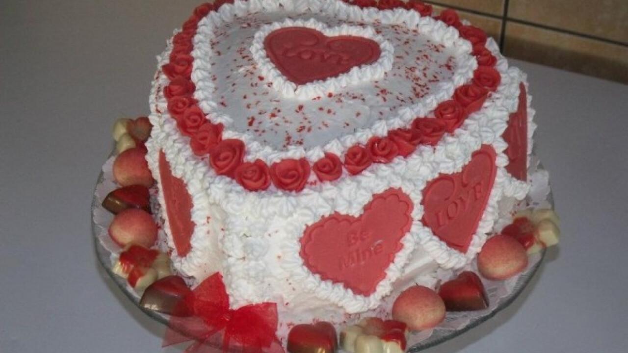 Valentin-napi csokitorta tejszínhabbal