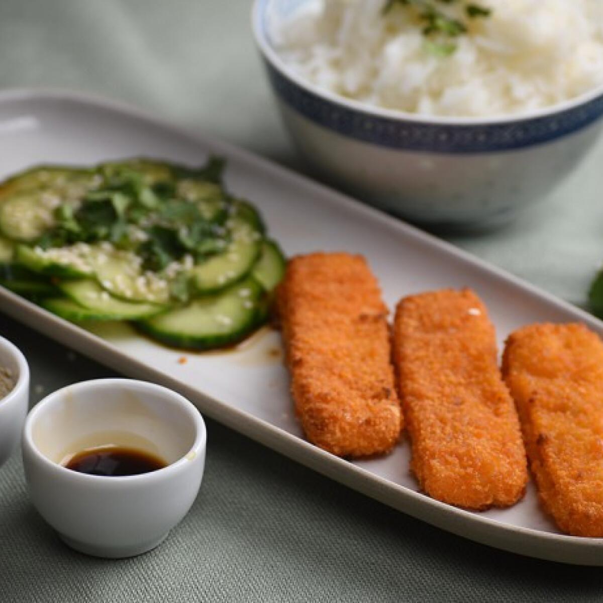 Ezen a képen: Arany halrudak ázsiai uborkasalátával és párolt rizzsel