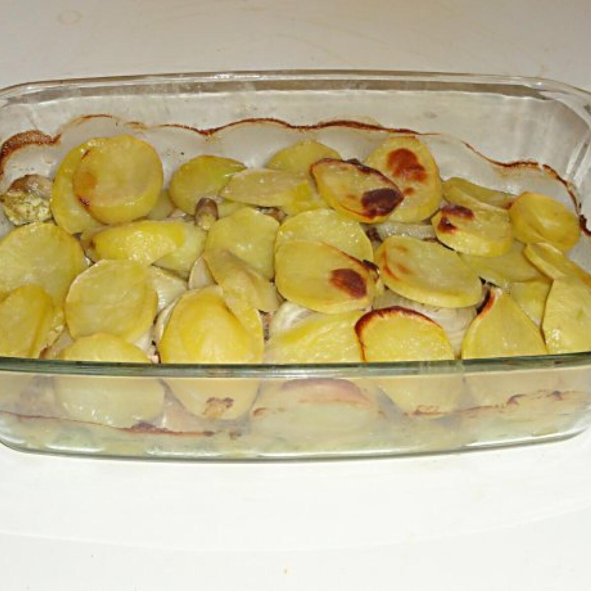 Ezen a képen: Csirkés-gombás tepsis krumpli