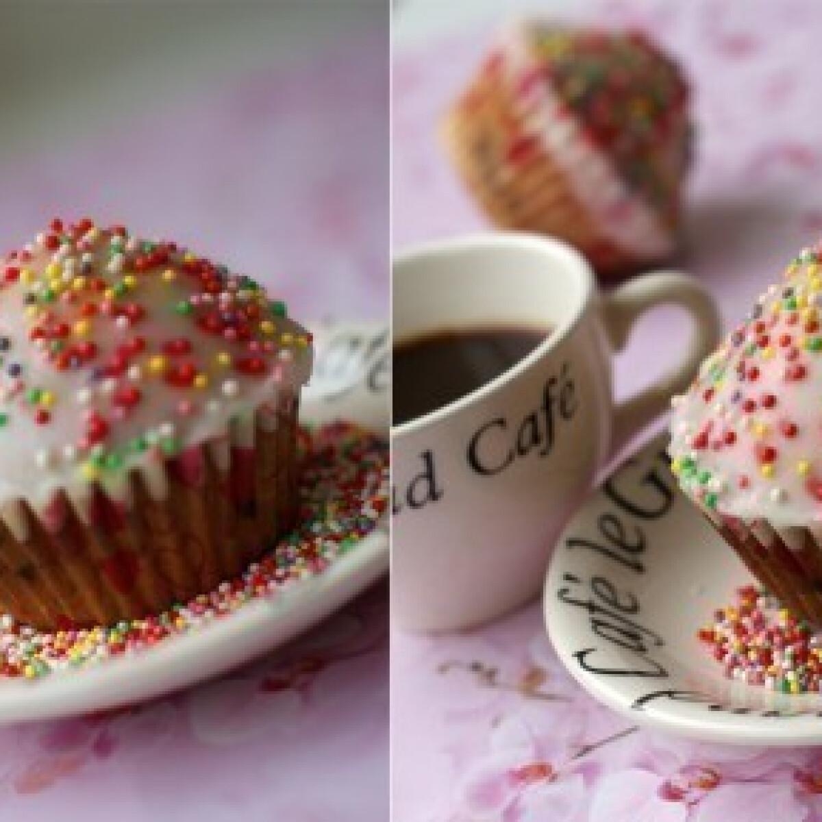 Ezen a képen: Marcipános-cseresznyés-csokidarás muffin