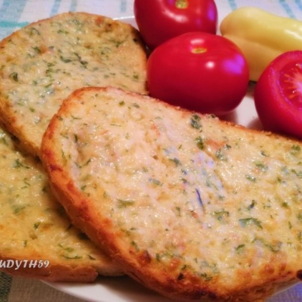 Ezen a képen: Sajtos-vajas fokhagymakrém melegszendvicsre/szendvicsre