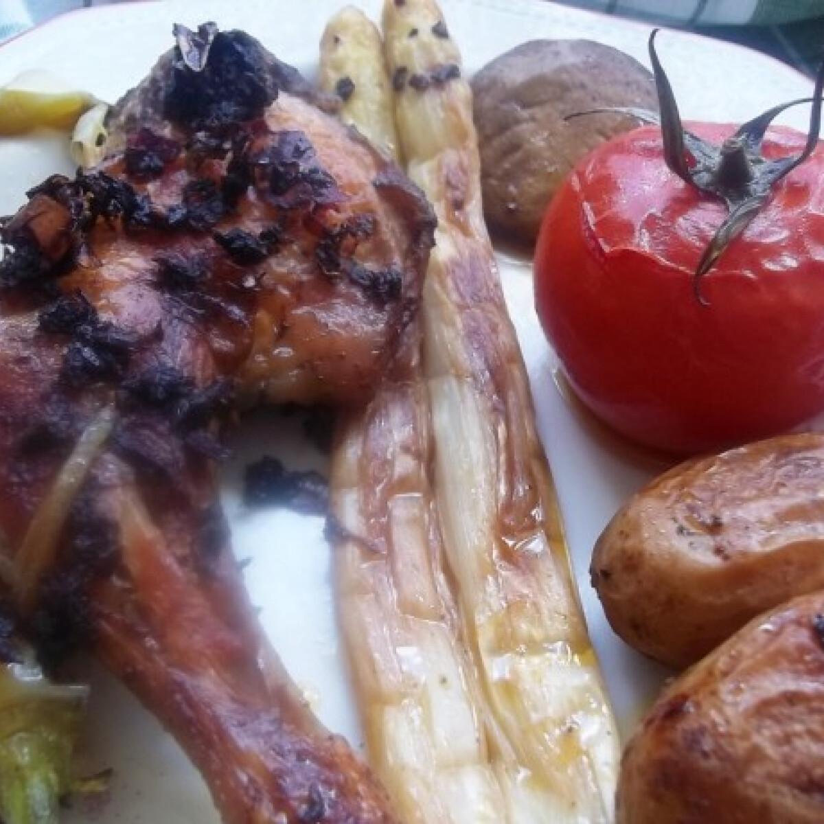 Ezen a képen: Zöld pestós csirkecomb sült zöldségekkel