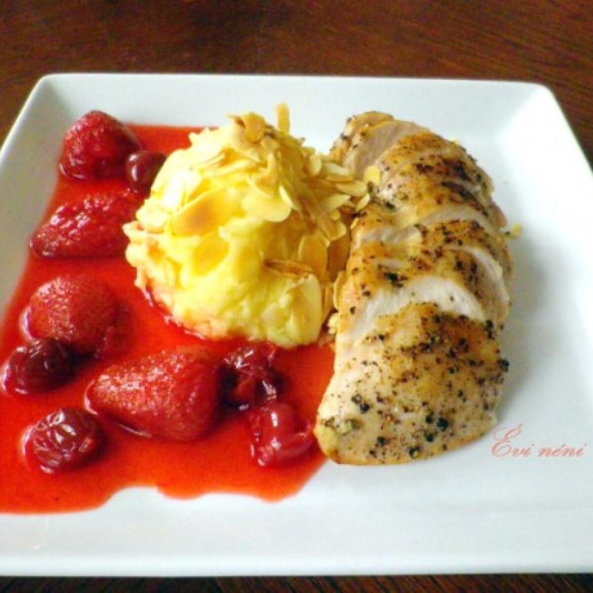 Ezen a képen: Sült csirkemell eperszósszal és mandulás burgonyapürével