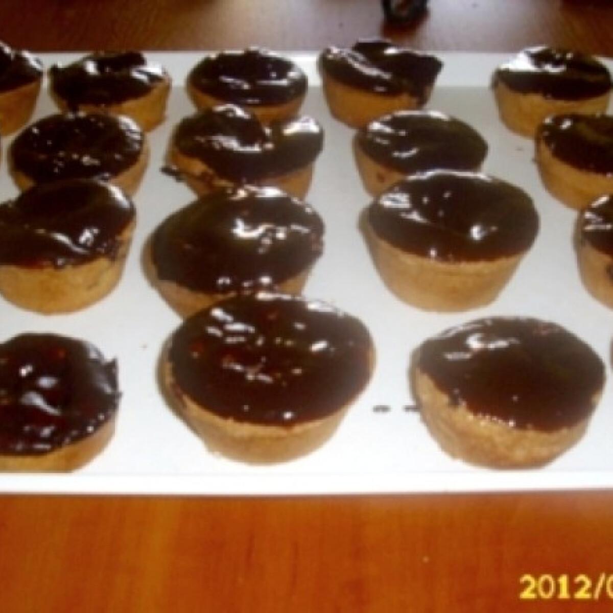 Ezen a képen: Csokis-ribizlis piskótamuffin