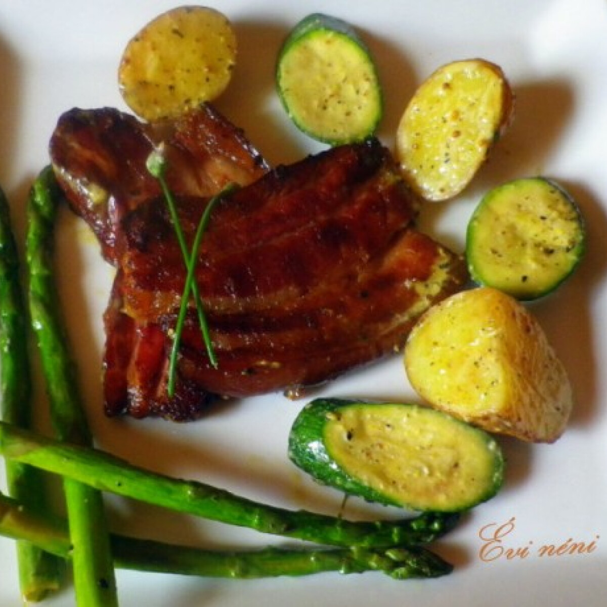 Ezen a képen: Grillezett császárhús sült salátával