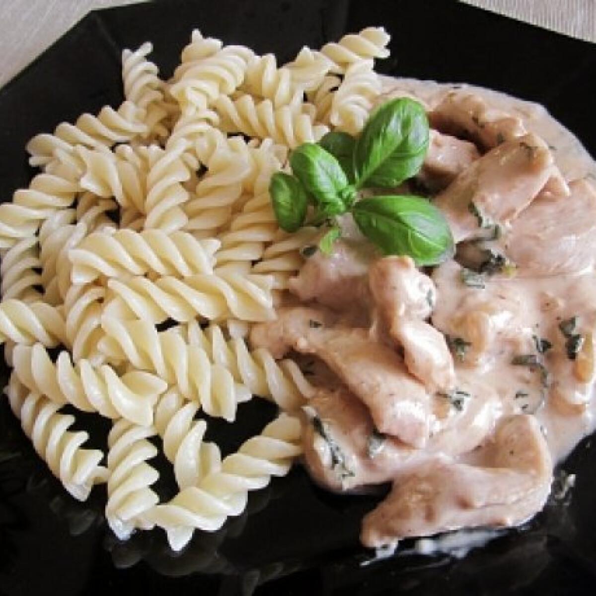 Ezen a képen: Zöldfűszeres-mascarponés csirke