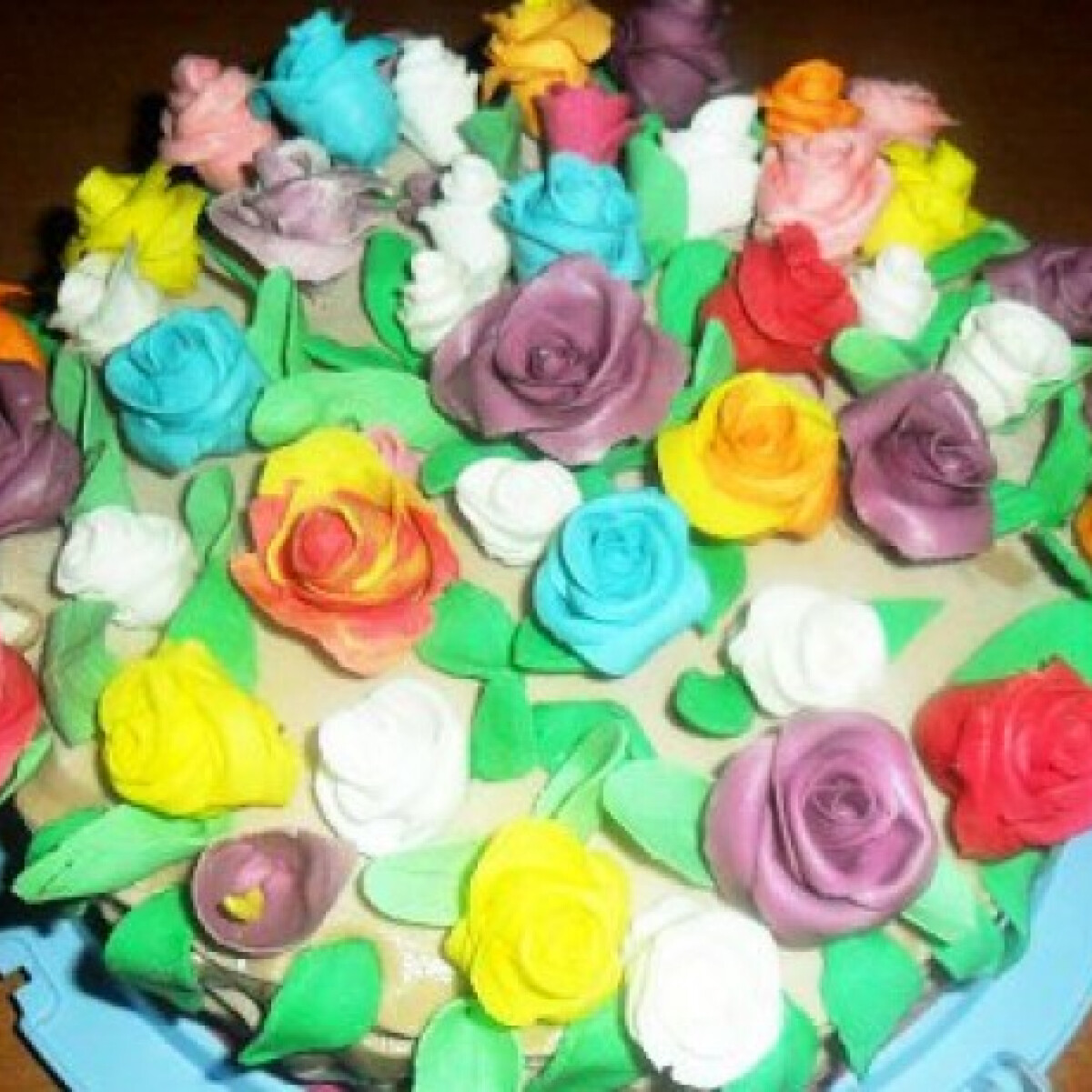 Ezen a képen: Gesztenyetorta virágkosár fondanttal