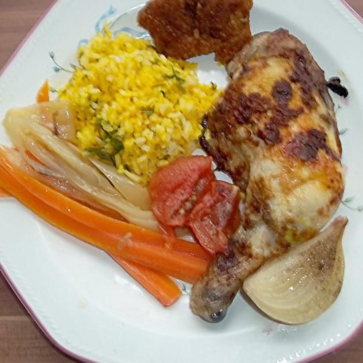 Ezen a képen: Indiai fűszerezésű csirke kurkumás rizzsel és párolt zöldségekkel