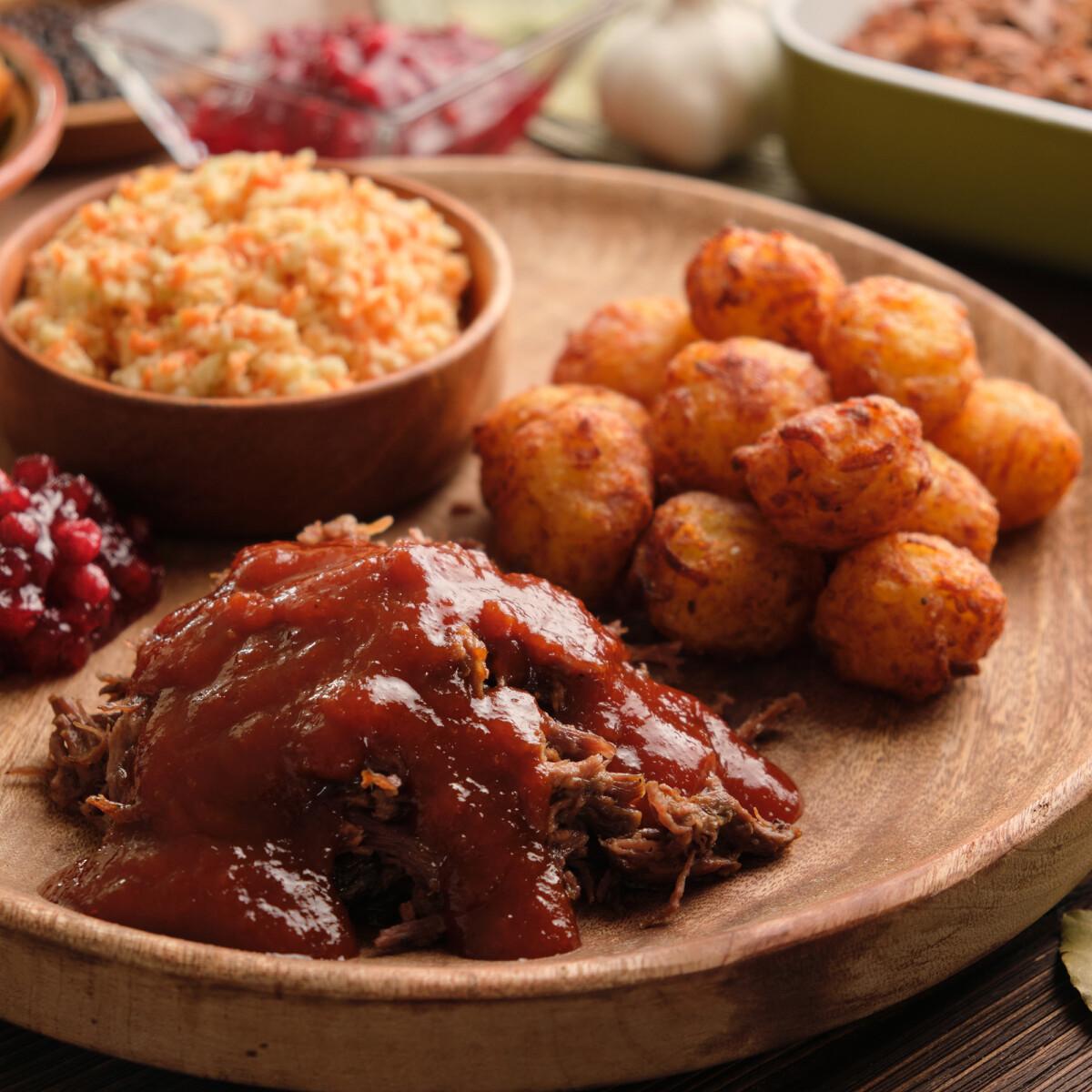 Ezen a képen: Konfitált szarvascomb vörösáfonyás BBQ-szósszal